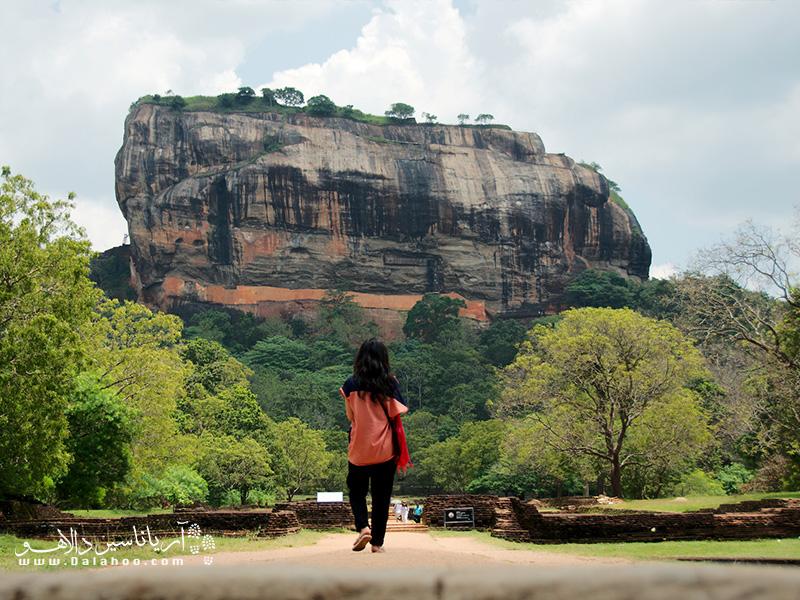سرتان را که بالا بگیرید از دیدن این صخره 370 متری که از دل این منظره بیرون زده دهانتان باز میماند.
