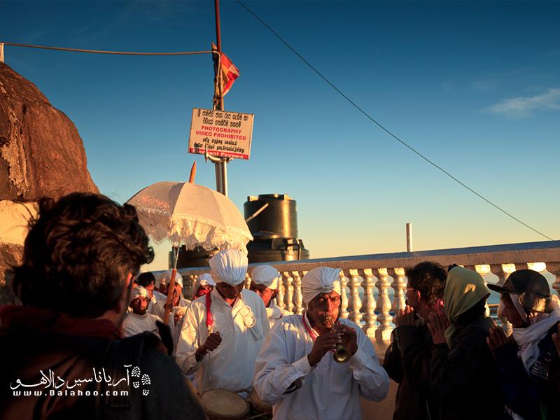 این زیارتگاهها بیش از هزاران سال با نور شمع در بالای کوه حضرت آدم روشن ماندهاند.