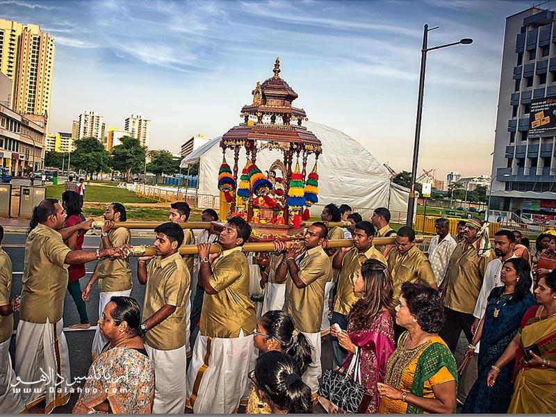 در فستیوال ول، ارابه طلایی خدای جنگ هندوها به نام موروگان (Murugan) یا سکاندا (Skanda) با جشن و پایکوبی بدرقه میشود.