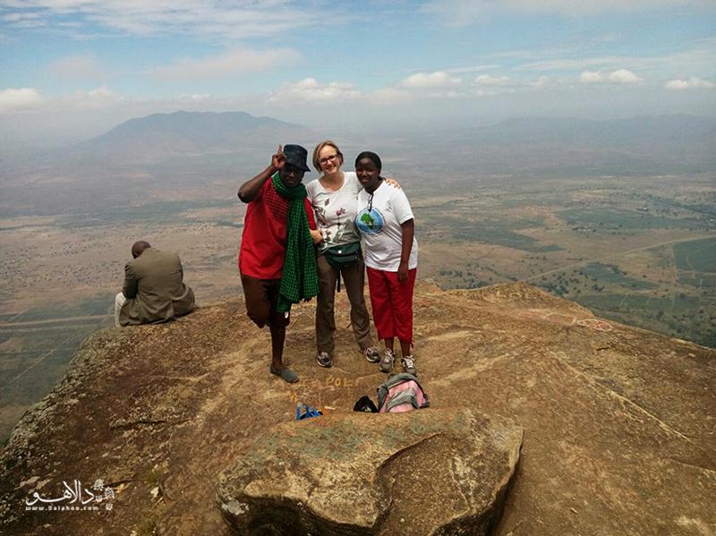 در بالای کوههای اوسامبار بازاهای محلی روزانه را میبینید.