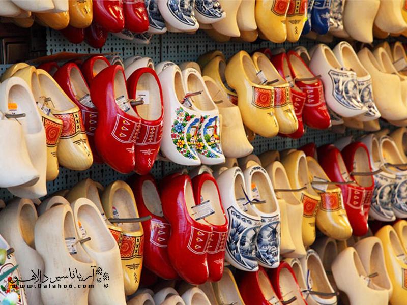 کفشهای رنگارنگ چوبی از سوغاتیهای مشهور هلند محسوب میشوند.