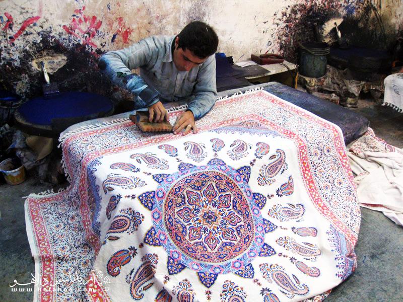 پارچه قلمکار اصفهان در بین گردشگران خارجی بسیار محبوب است.
