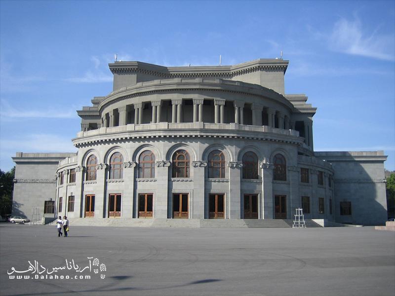 ساختمان اپرا استانبول، شامل دو سالن است که یکی از مهمترین مراکز هنری شهر ایروان بهحساب میآید.