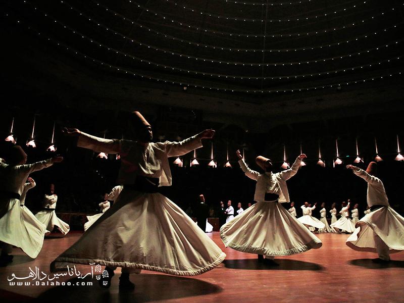 در شهر قونیه افرادی که آئین صوفیگری دارند. به تبعیت از مولانا به صورت گروهی به رقص سماع در میآیند