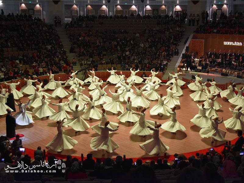 درویشهای چرخان در شب عروس مولانا در قونیه مراسم ویژهای دارند.
