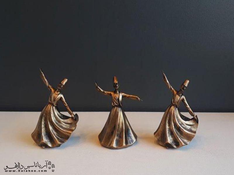 یکی از سوغاتیهای محبوب قونیه، مجسمه رقص سماع است.