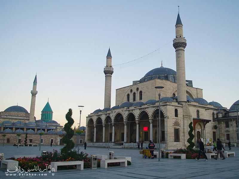 مسجد سلیمیه با منظرهای رو به گنبد مقبره مولانا و معماری خاص خودش لحظات زیبایی را برای مسافران رقم میزند.