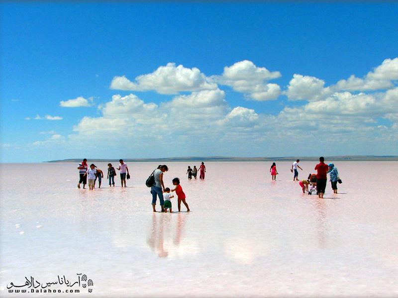 دریاچه نمک توز، از جاذبههای محبوب گردشگران است.