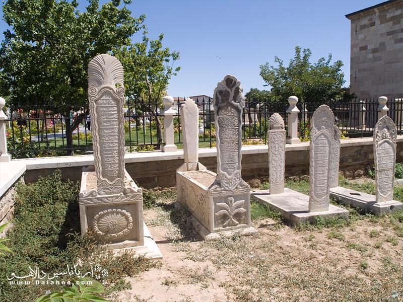 در قسمتهای شمالی و غربی حیاط حجره درویشان قرار دارد.