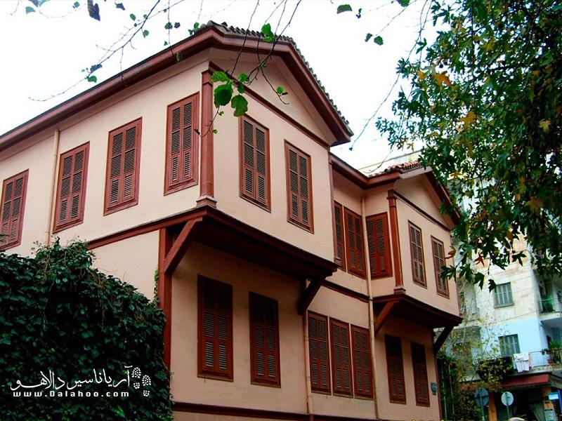 این بنا یکی از معماریهای با شکوه قرن 19 است.