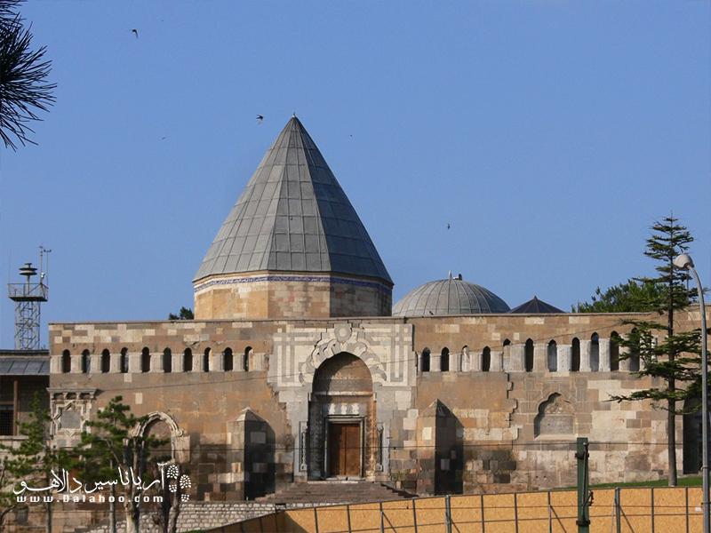 مسجد علاءالدین از قدیمترین آثار تاریخی دوران سلجوقیان بوده و روی تبة علاءالدین بنا شده است.