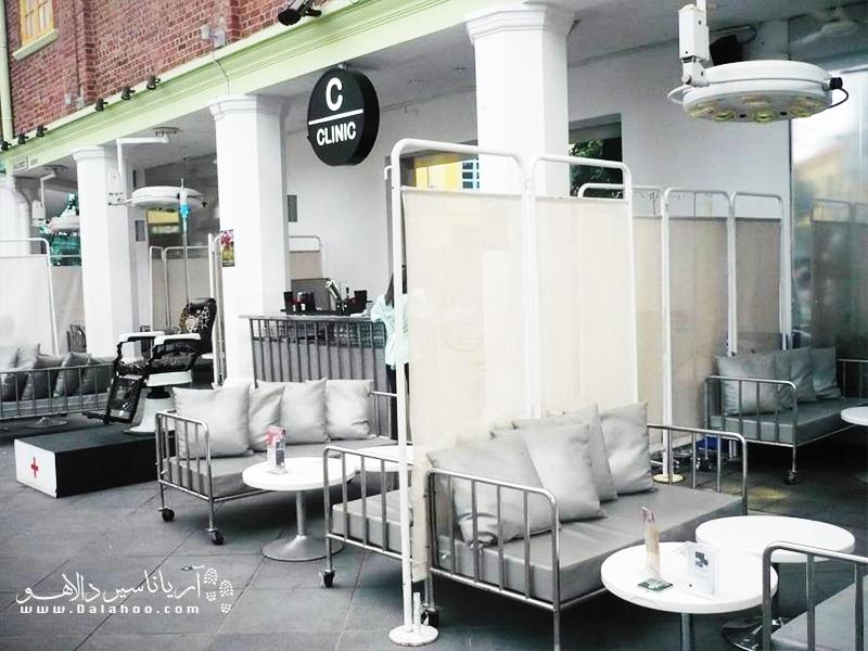 خوردن غذا در رستورانی شبیه به بیمارستان.