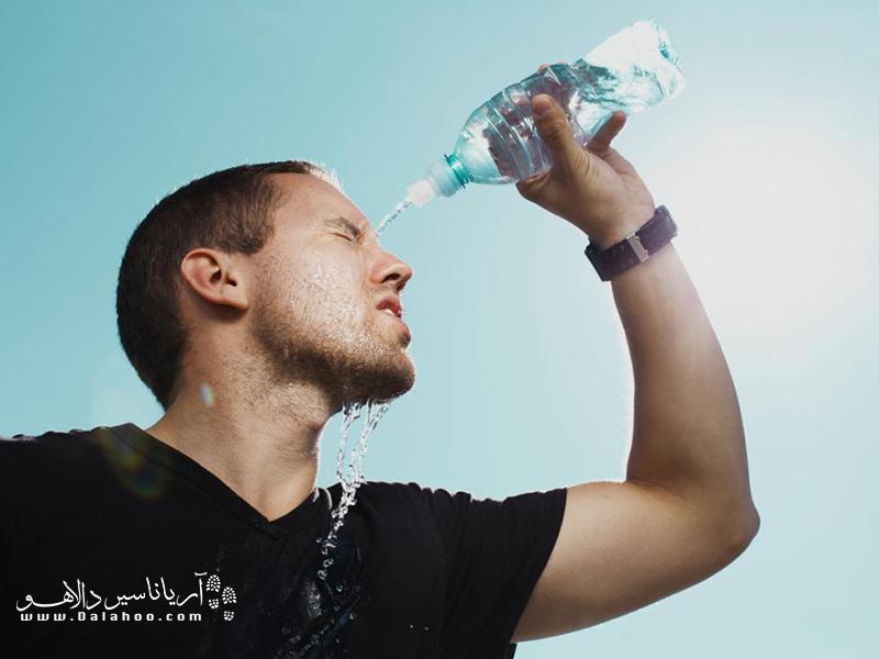 یکی از توصیهها در گرما این است که باید آب زیادی نوشید.