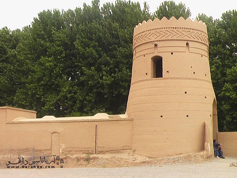 در باغهای ایرانی، علاوه برعمارتیاکوشکاصلی بناها، سردرنیز ساخته میشد؛ این سردرها در واقع در بیرونی باغ یا محل پذیرایی به شمار میرفت.
