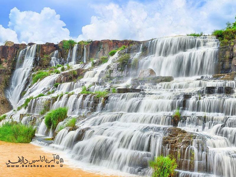 آبشار پلهای پانگور توسط جریان مداوم آب، نمایشی باشکوه از طبیعت را نشان میدهد.