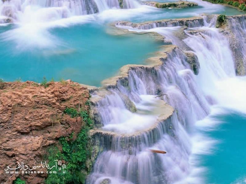 این استخرهای طبقهای با آب آبی رنگ و خیرهکنندهای که سرشار از کلسیم و منیزیم است پر شدهاند.