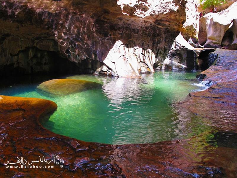 تراس استخر زمردی در دره زیون قرار دارد و از مسیرهای پیادهروی تشکیل شده که بر زیبایی این دره بکر میافزاید.