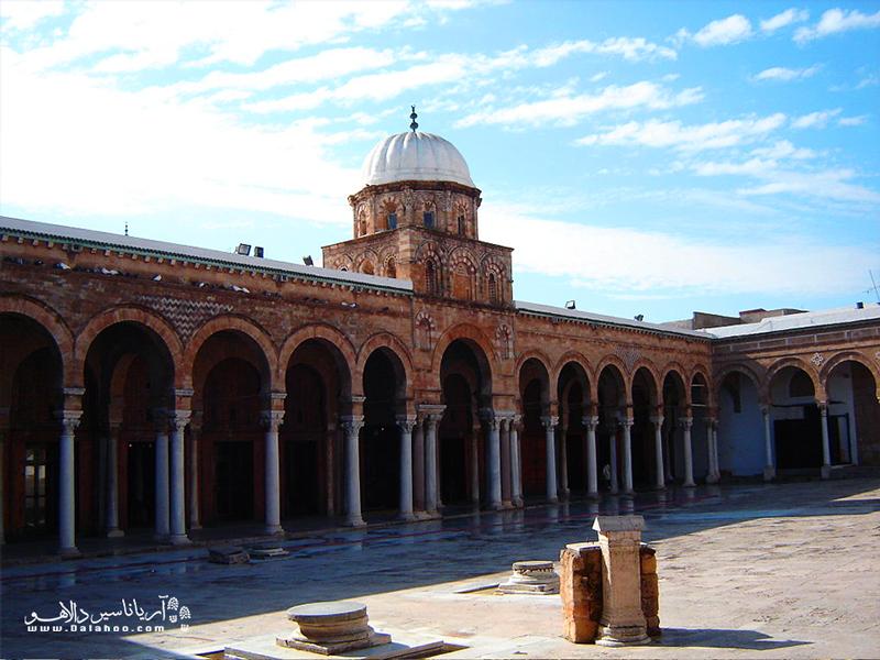 این مسجد زیبا در قلب شهر قرار دارد.