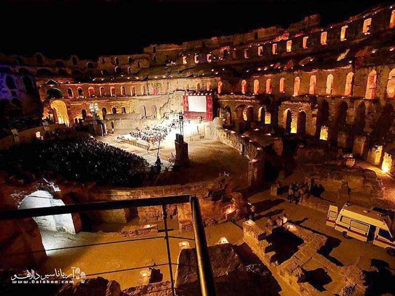 در این فستیوال کلوسئوم شهر ال جم به صحنهای نورانی و باشکوه برای اجرای موسیقی تبدیل میشود.