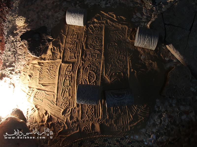 این هنرمند روی خاک هر منطقه با توجه به ویژگی آن منطقه نقشهایی حک میکند. مثلا روی ساحل نقش زیبای ماهی و خرچنگ و روی کویز نقش مار و خارپشت و...