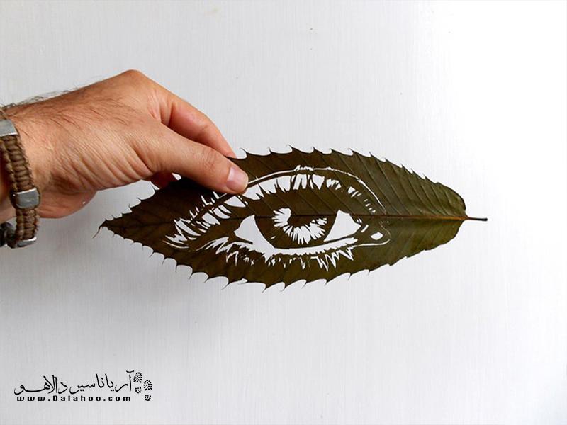 این هنرمند حیوانات و برخی اشکال ذهنی را بر برگهای خشک نقش میزند.