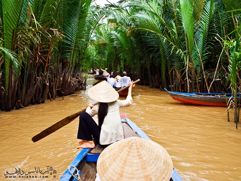 کایاک سواری در رودخانه مکونگ از جاذبههای کامبوج است.