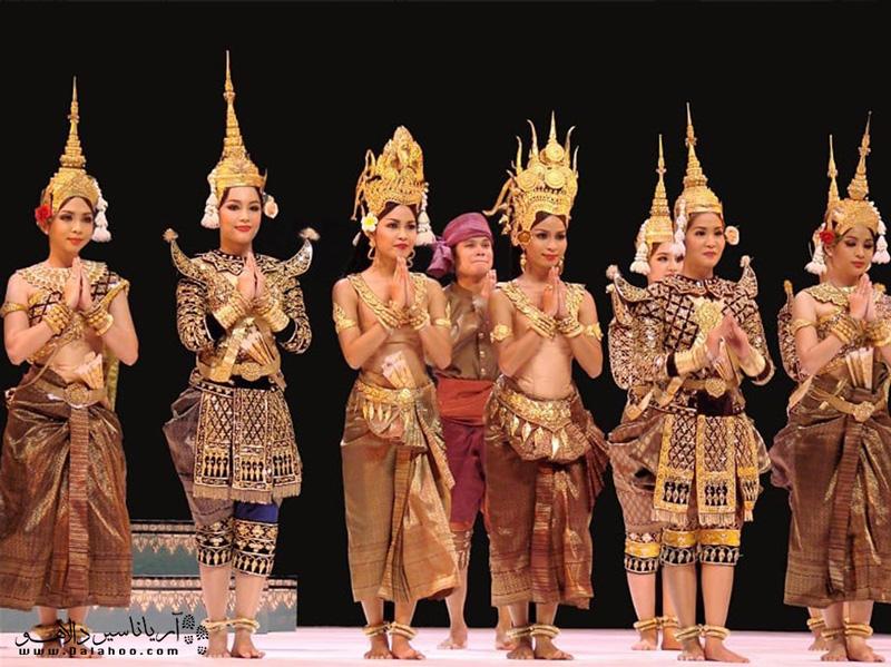 لباس سنتی مردم کامبوج کلاههای طلایی زیبایی دارد.