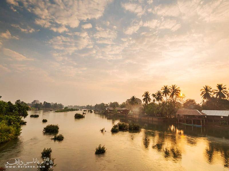 نمای زیبایی از رودخانه مکونگ هنگام غروب خورشید