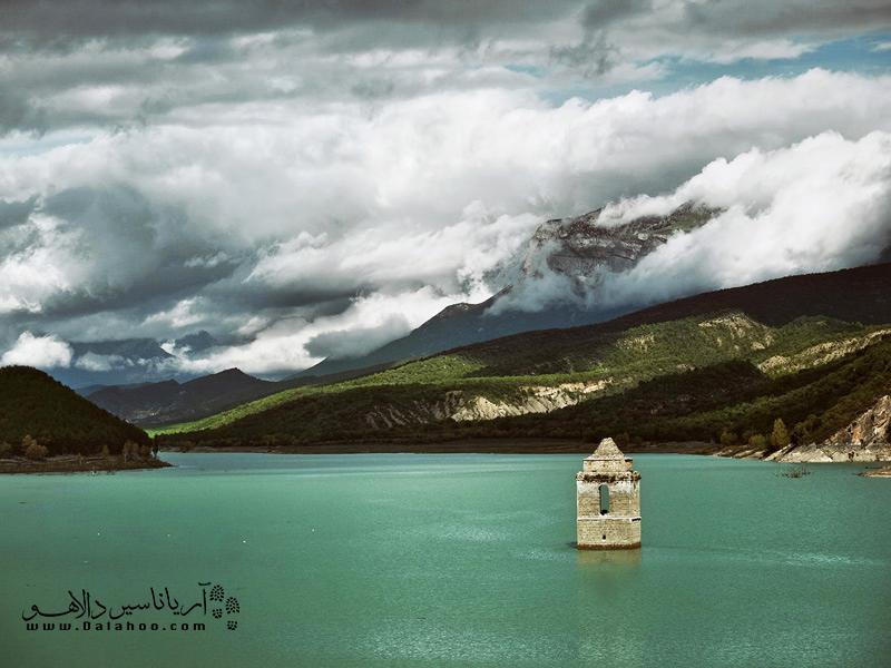 کلیسای مدیانو در هوئسکا یکی از بناهای معروف غرق شده در اسپانیا است.