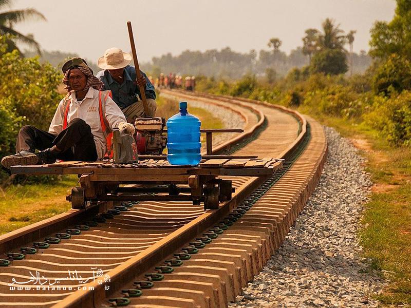 بامبوسها بار خود را در میان مزارع برنج و روستاها حمل میکنند.