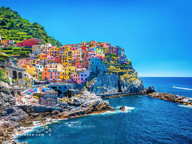 روستاهای رنگارنگ بر فراز دریای مدیترانه.