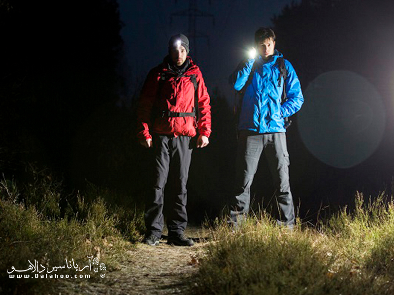 با داشتن چراغ پیشانی دو دست آزاد میمانند و نسبت به چراغ قوه که یک دست درگیر است، حرکت راحتتر است.