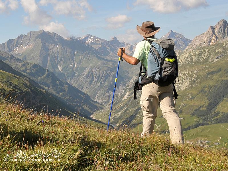 باتوم در این گونه کوهپیماییها (عبور از خطالراسها، صعودهای زنجیرهای و...)، میتواند بخشی از نیروی وزن کوهنورد را به دستها و بالاتنه انتقال داده