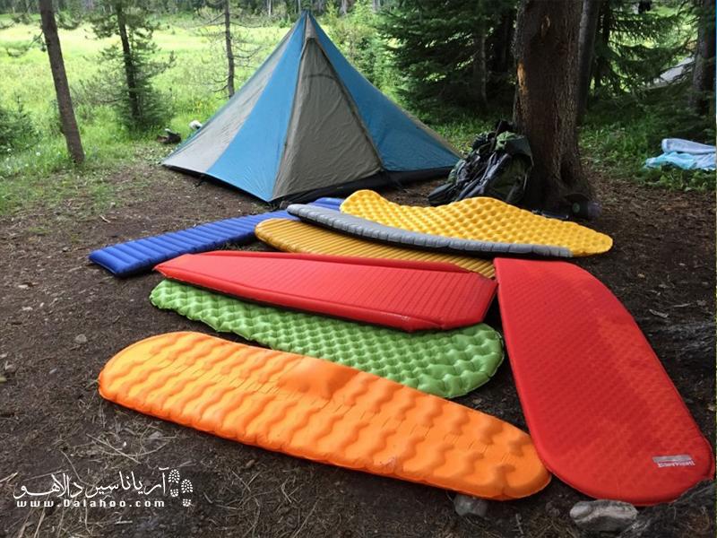 زیرانداز بادی،ترکیبی از فوم نرم است که توسط یک کیسه پر از هوا محصور شده، هستند. گزینهی خوبی برای زیر کیسه خواب به حساب میآیند.