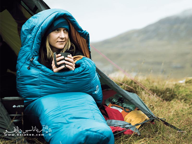 ا یک لیوان چای یا شکلات داغ، درجه حرارت بدنتان رو بالا ببرید و بعد به داخل کیسه خواب بروید.