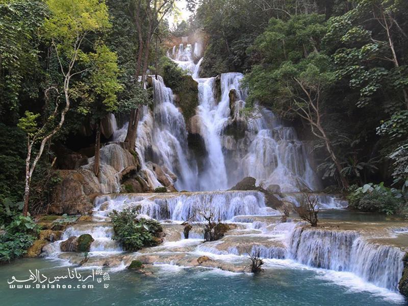 آبشار کوانگ سی از سرازیر شدن آب از بالای یک تپه شیبدار آغاز میشود.