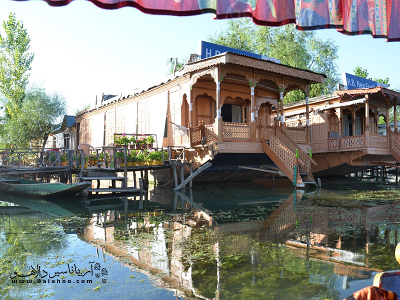 خانههای قایقی چوبی روی دریاچه.