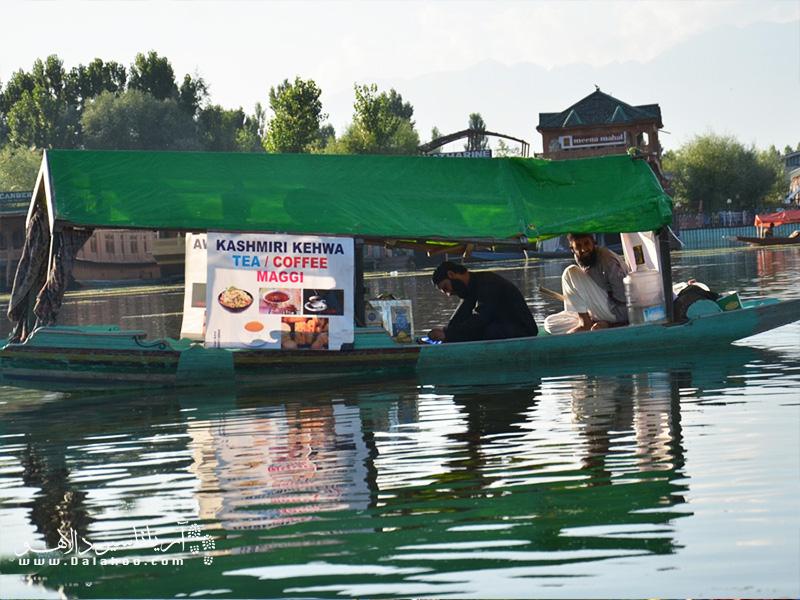 دستفروشهای دریاچهی دال مایحتاج ساکنان خانههای قایقی را میفروشند.