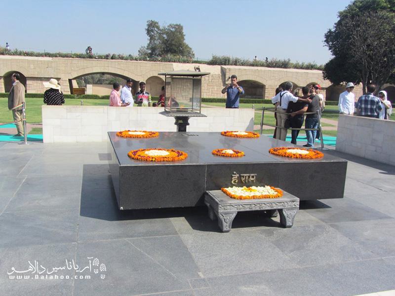 سکویی چهار گوش ساده به نام راج گت (Raj Ghat) محل نگهداری خاکستر مهاتما گاندی است.