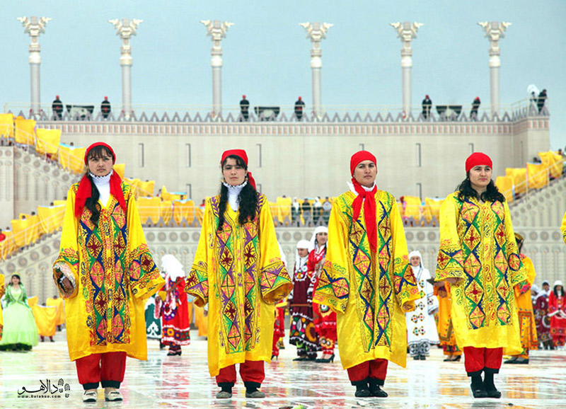 زبان رسمی کشور تاجیکستان  فارسی تاجیکی است و فرهنگ اصیل پارسی در همه جای تاجیکستان به چشم میخورد.