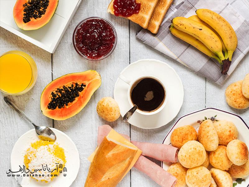 یک صبحانه برزیلی کامل شامل ژامبون، پنیر، میوههای تازهو کمی مربا به همراه نان است.