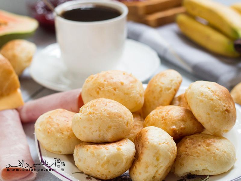 اگر سفری به برزیل داشتید توصیه میکنیم برای صبحانه حتما نانهای پنیری (Pão de queijo)را امتحان کنید.