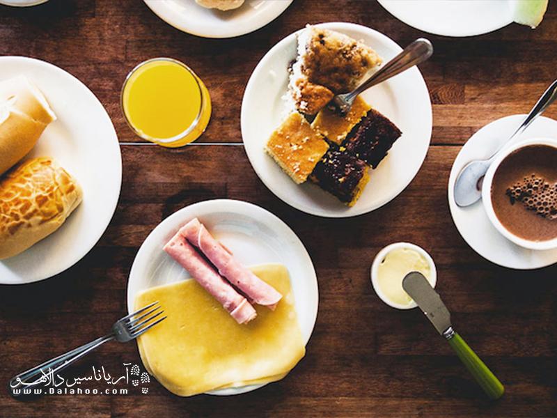 در صبحانه محبوب برزیلیها قهوه غلیظ با شیر به همراه بشقابی خوشمزه سرو میشود.