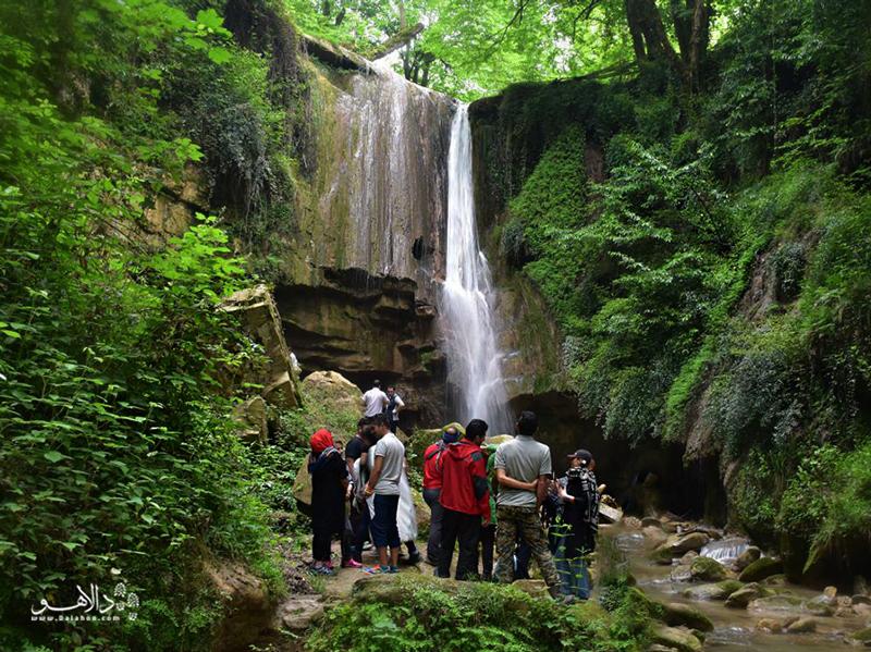 مسافران دالاهو در جوار آبشار ترز در آخر هفته تابستانی.