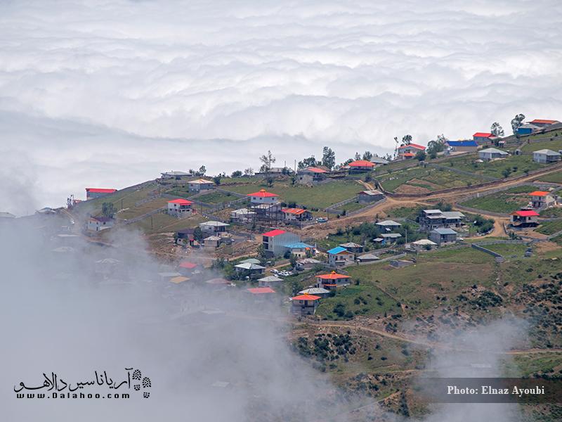 نمایی از منظره روستا در میان ابرها.