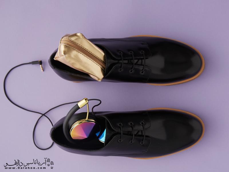 از تمام فضاهای خالی حتی داخل کفشها برای گذاشتن لوازم کوچک استفاده کنید.