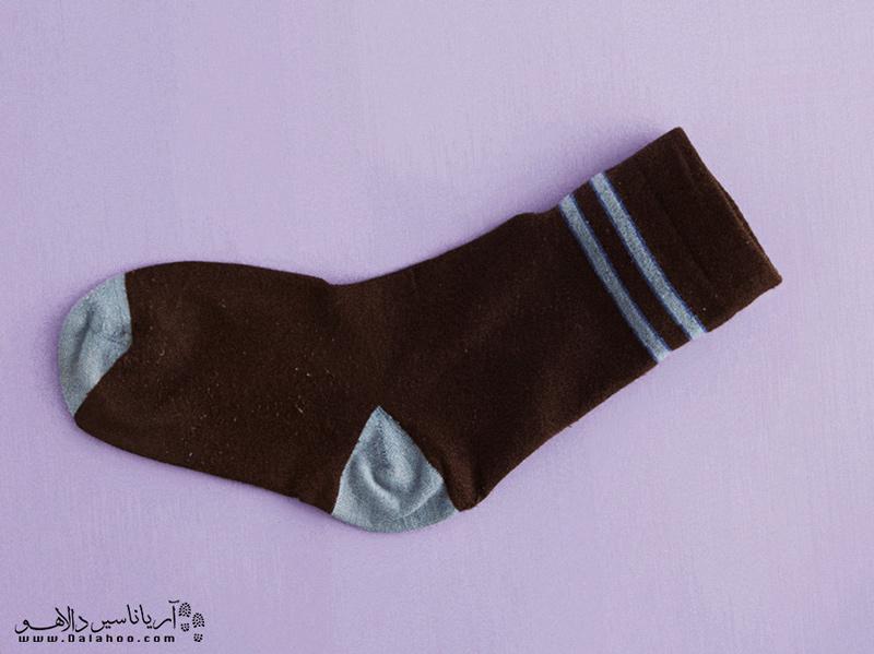 میتوانید چیزهای شکستنی مانند شیشه ادکلن را داخل جورابتان قرار دهید.