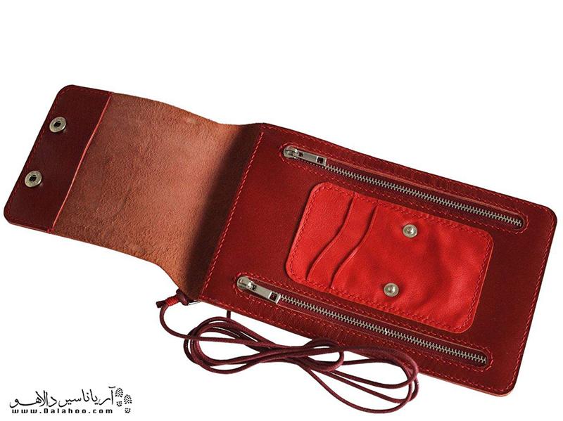 استفاده از یک کیف پول گردنی راه مناسبی برای ایمن نگه داشتن وسایل در سفرهای کویریست.