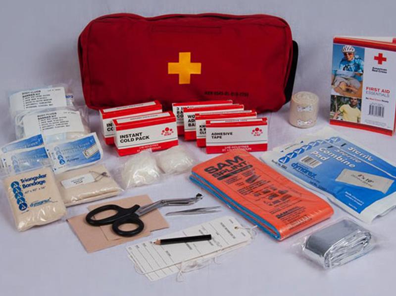هر زمان که در فضای بیرون از منزل هستید، لازم است یک جعبه یا کیت کمکهای اولیه به همراه داشته باشید.