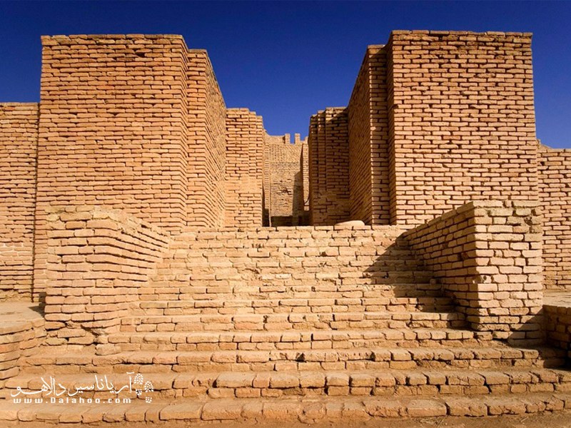 «دور اونتاش» از سه حصار تودرتوى خشتى تشکیلشده و دروازهٔ اصلى آن بر روى حصار بزرگ در جبهه شرقى قرار دارد.